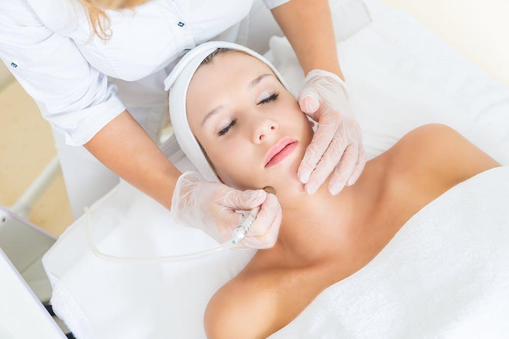 Dùng mặt nạ hóa học để tái tạo da
