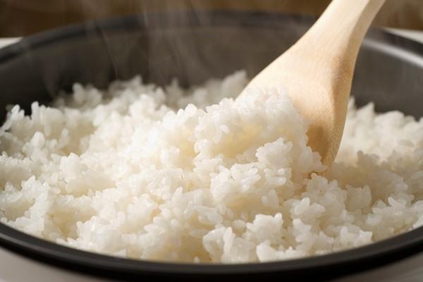 Nấu cơm dẻo và ngon hơn bằng đá lạnh