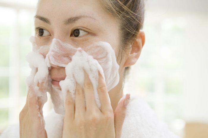 Không nên rửa mặt quá nhiều đối với da dầu