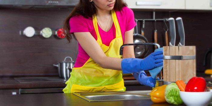 Vệ sinh bồn rửa chén là một trong những bước vệ sinh nhà bếp